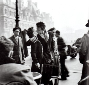 kiss-by-hotel-de-ville-robert-doisneau
